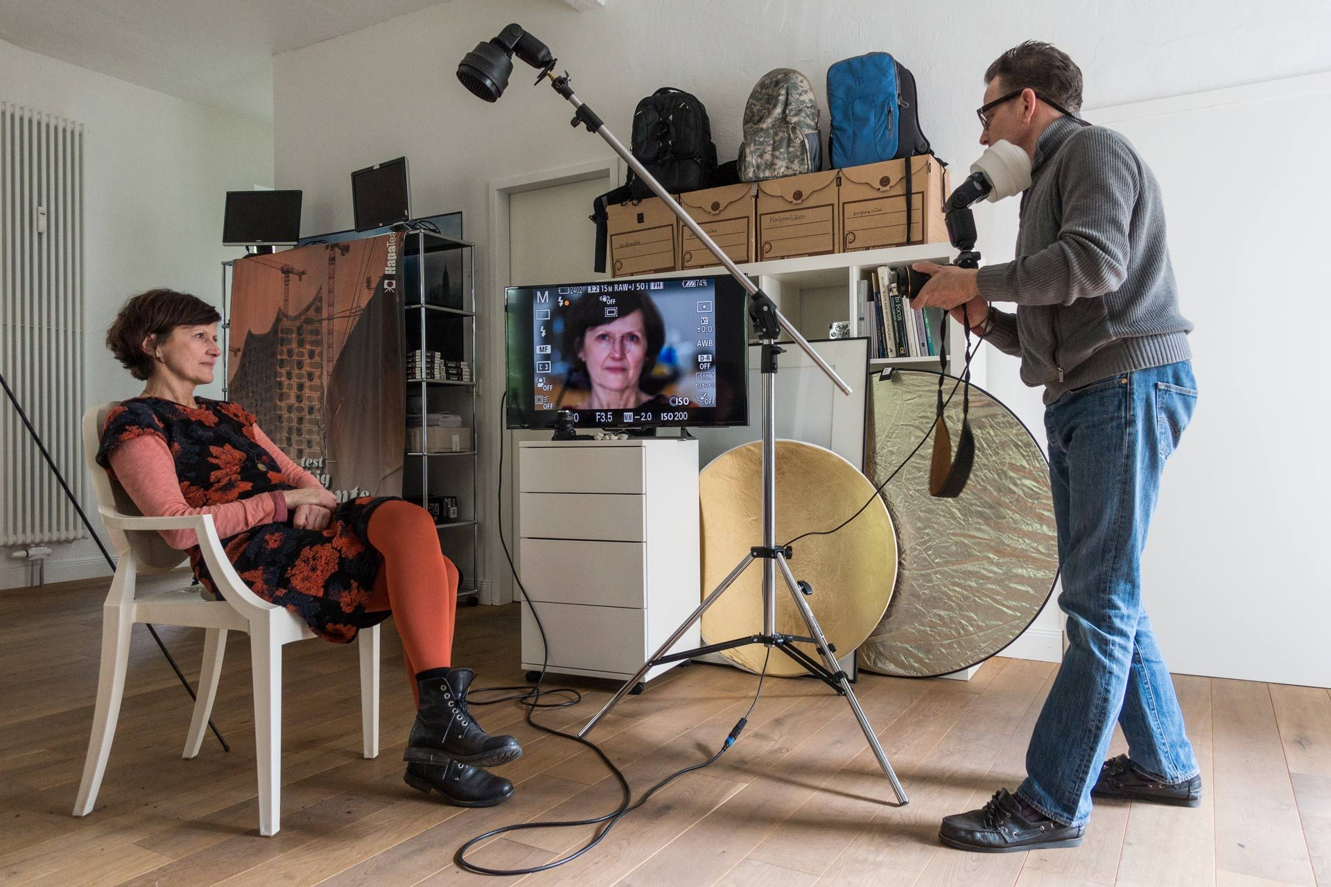 Fotograf spricht mit Model um ein tolles Ergebnis zu erreichen