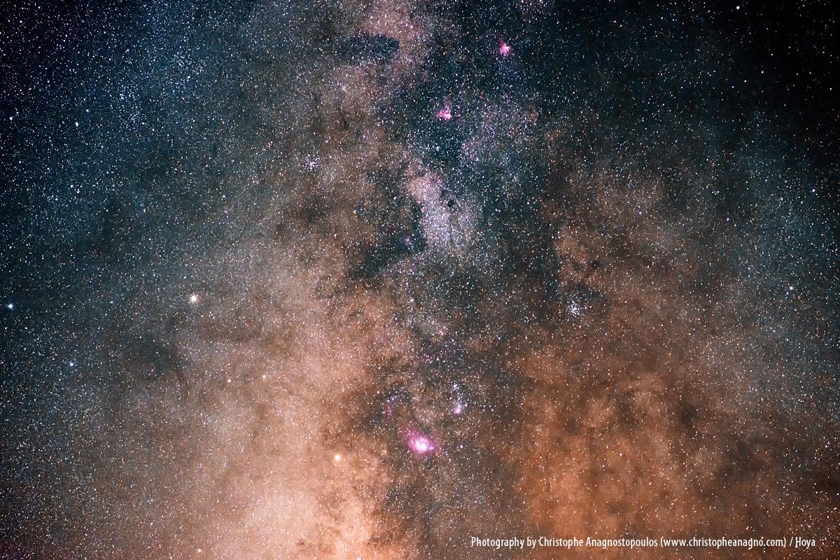 In klaren, dunklen Nächten kannst du die Milchstraße herrlich fotografieren: Als helles, wolkiges Band, das sich über den gesamten Himmel zieht.