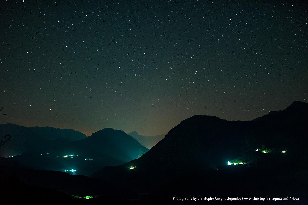Der aufsteigende Mond hinter den Tzoumerka Bergen, des gleichnamigen Bergmassivs in Griechenland