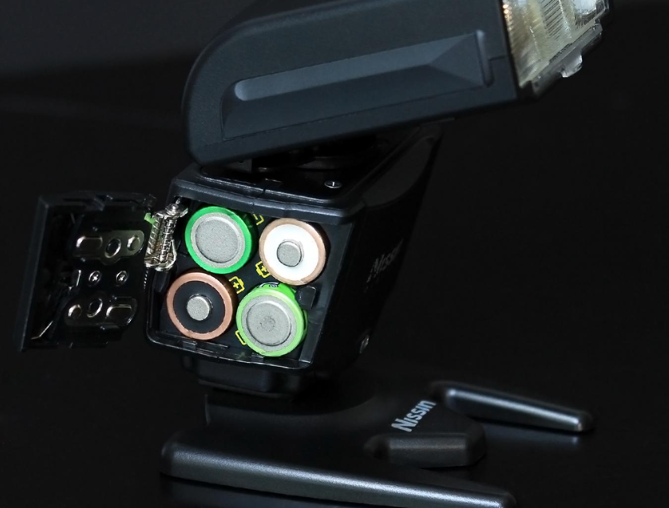 Vier Standard AA Batterien oder adäquate Akkus für die nötige Power des Blitzes